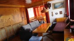 obývák s jídelním koutem - chata k pronájmu
