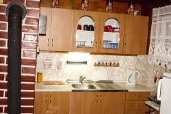kuchyňský kout s lednicí - chata k pronájmu