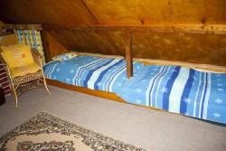 levé postele v horním pokoji - chata k pronájmu