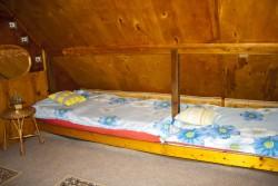 pravé postele v horním pokoji - chata k pronájmu