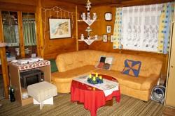 rohová sedačka v obýváku - chata k pronájmu
