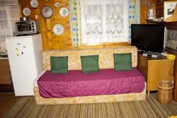 rozkládací sedačka v obýváku - chata k pronájmu