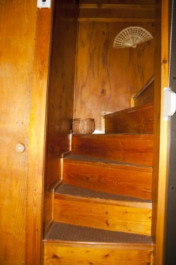 schody do horního patra - chata k pronájmu