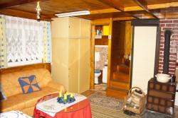 wc u ob. pokoje se zatahovacími dveřmi  - chata k pronájmu