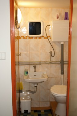wc vedle koupelny - chata k pronájmu