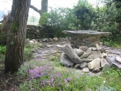 kamenný stůl - chata k pronájmu