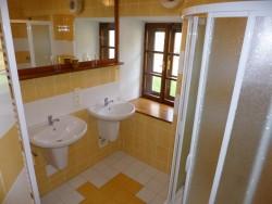 Koupelna přízemí - chalupa k pronájmu
