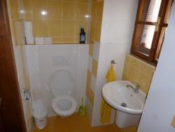 Toaleta přízemí - chalupa k pronájmu