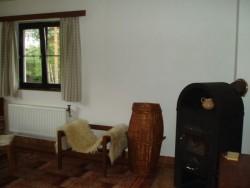 obývací pokoj s krbem - chata k pronájmu