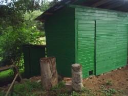 wc a dřevník - chata k pronájmu
