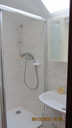 koupelna se sprchovým koutem a pračkou - chalupa k pronájmu