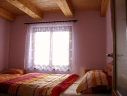 ložnice v přízemí - chata k pronájmu